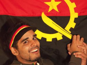 activista-Luaty-Beirao-junto-bandera_113999582_3160092_1706x1280